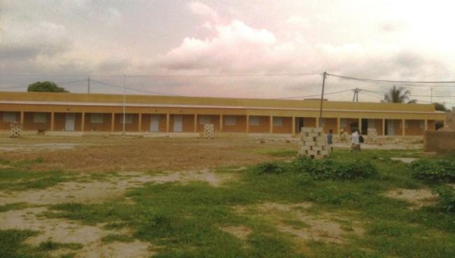 L'isolato di 6 aule completato dall'associazione, composto da 3 classi costruite nel 2013 (sinistra) e da 3 nuove aule costruite nel 2014 (destra)